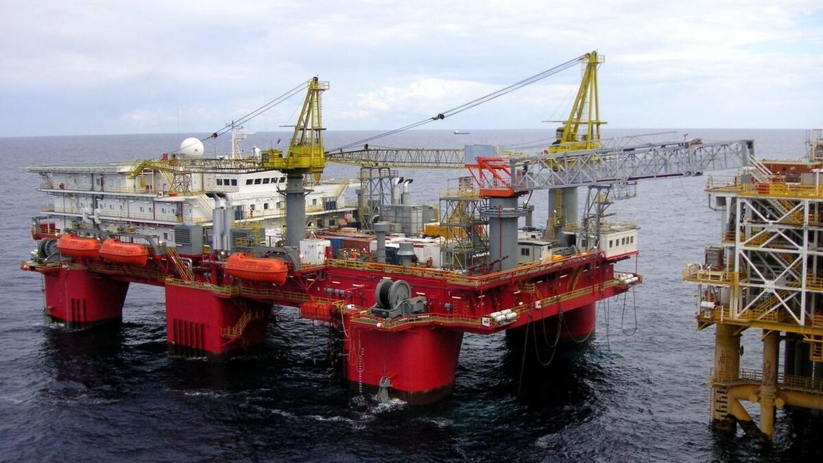Safe Concordia accommodation semi-submersible has a telescopic gangway (source: Prosafe)