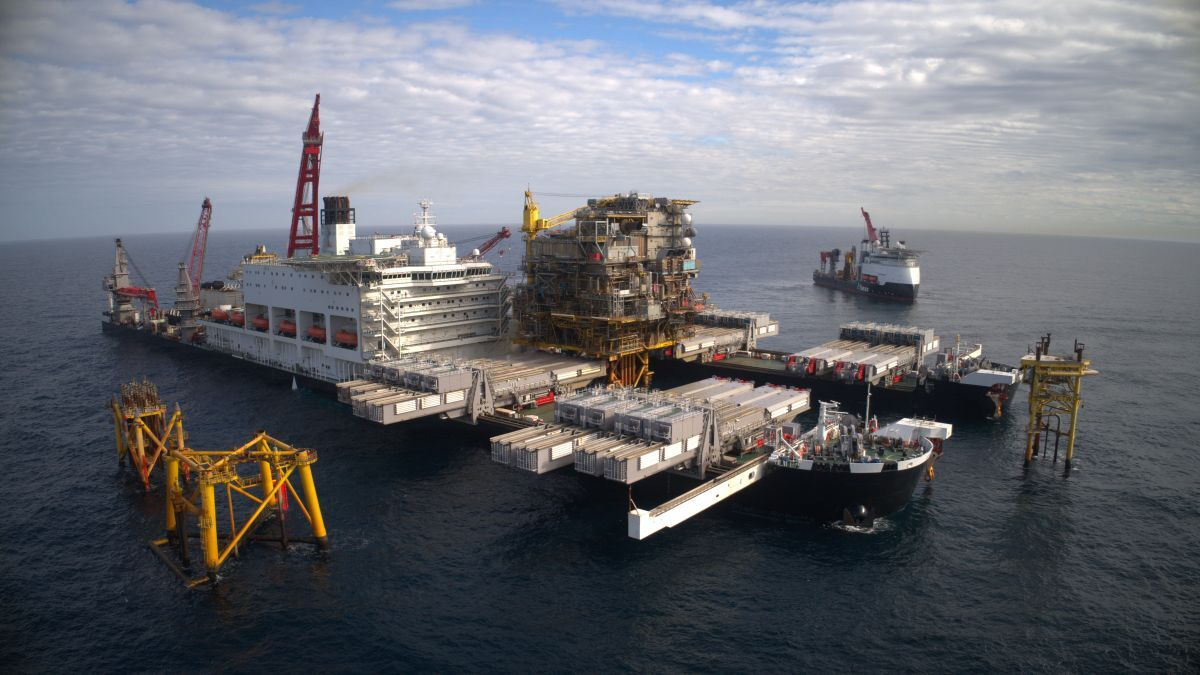Pioneering Spirit employs single-lift technology to facilitate platform removals (source: Allseas)