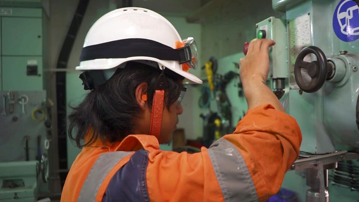 Seafarer applies onboard training using knowledge from online platform (source: OTG)