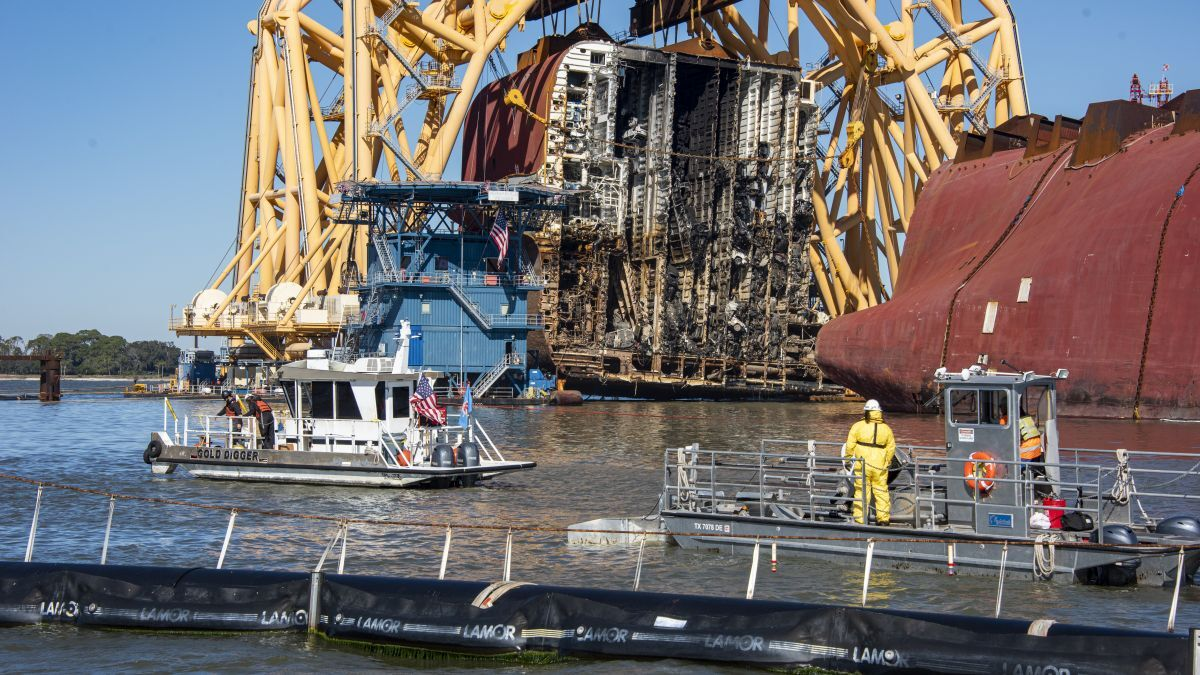 Heavy lift VB-10000 lifts section eight of Golden Ray after the second cut (source: UC)