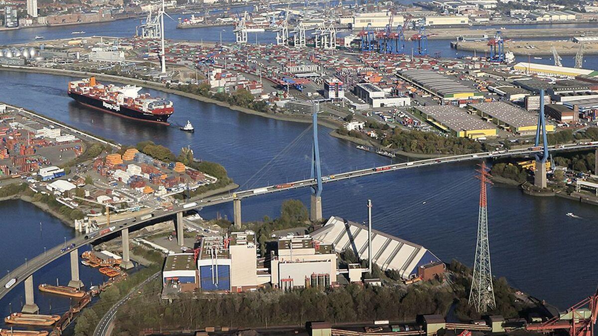 Tug tows container ship to a Hamburg terminal, Germany (source: Port of Hamburg)