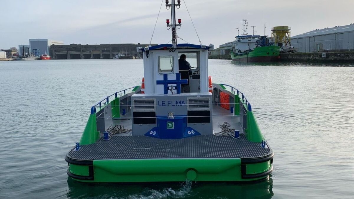 Department of Charente Maritime's La Fuma tug going to its first job (source: Lecamus)