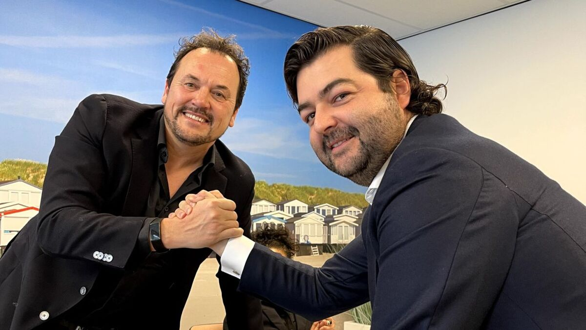 (l-r) Jim Iskes and Vicente Boluda Ceballos agree on the acquisition (source: Boluda)