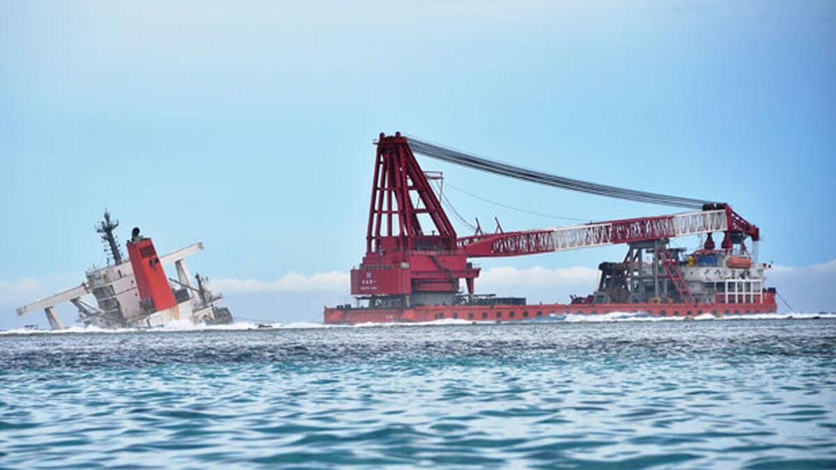 Hong Bang 6 crane barge starts Wakashio stern salvage (source: Mauritius Government)