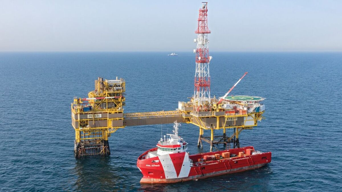 Vroon PSV Pool Express supplies cargo to a Dutch gas platform using DP2 (source: Damen)