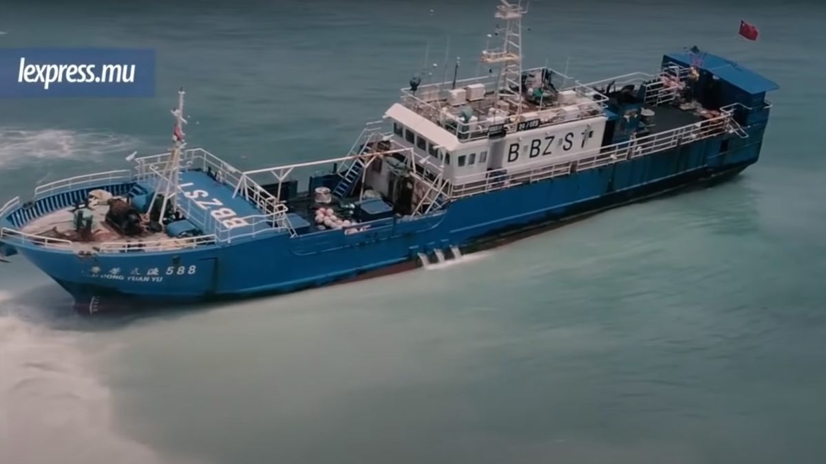 Fuel pumping efforts are underway and oil spill booms have been deployed in an attempt to avoid a second oil spill in Mauritian waters in recent months (Image: screen capture from lexpress.mu video)