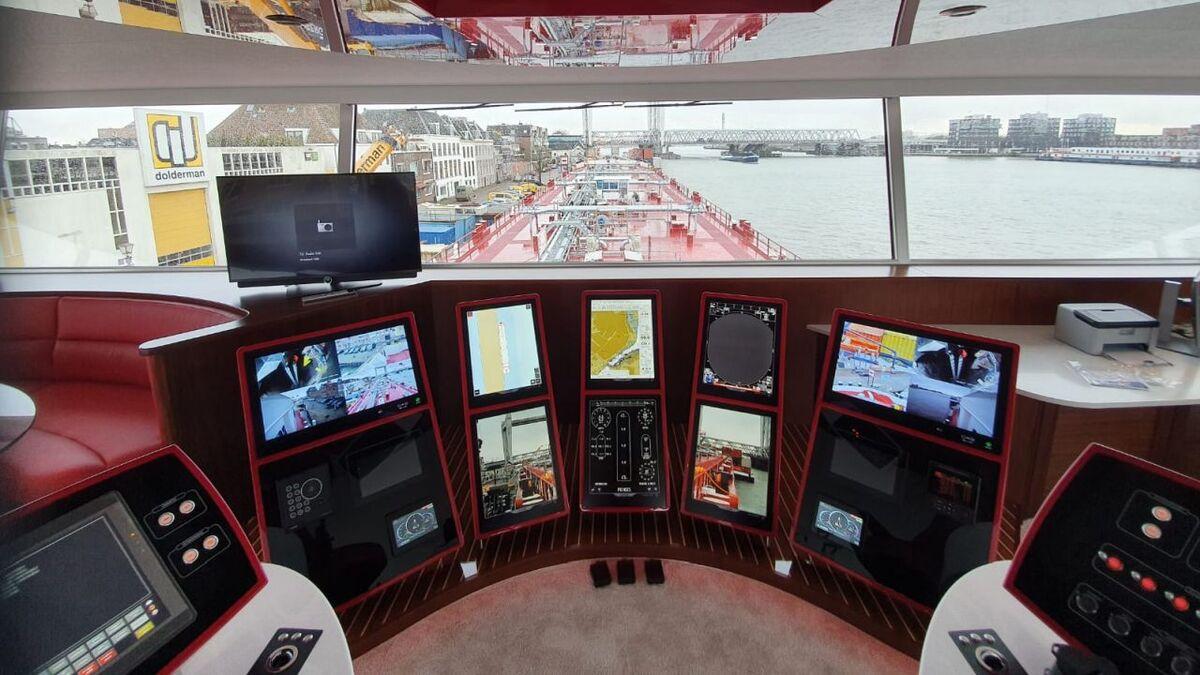Bridge on inland ship Prinses follows Open Bridge guidance (source: JRC/Alphatron)