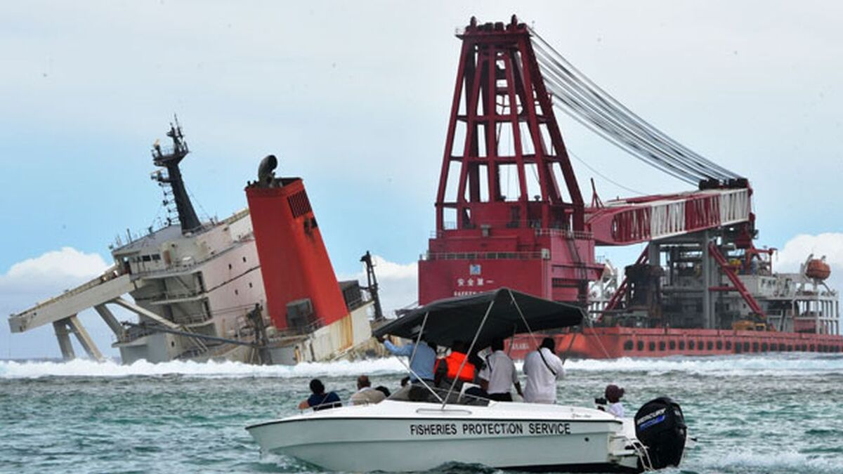 Salvors attempt to remove Wakashio stern wreck in Mauritius (source: Mauritius Government)
