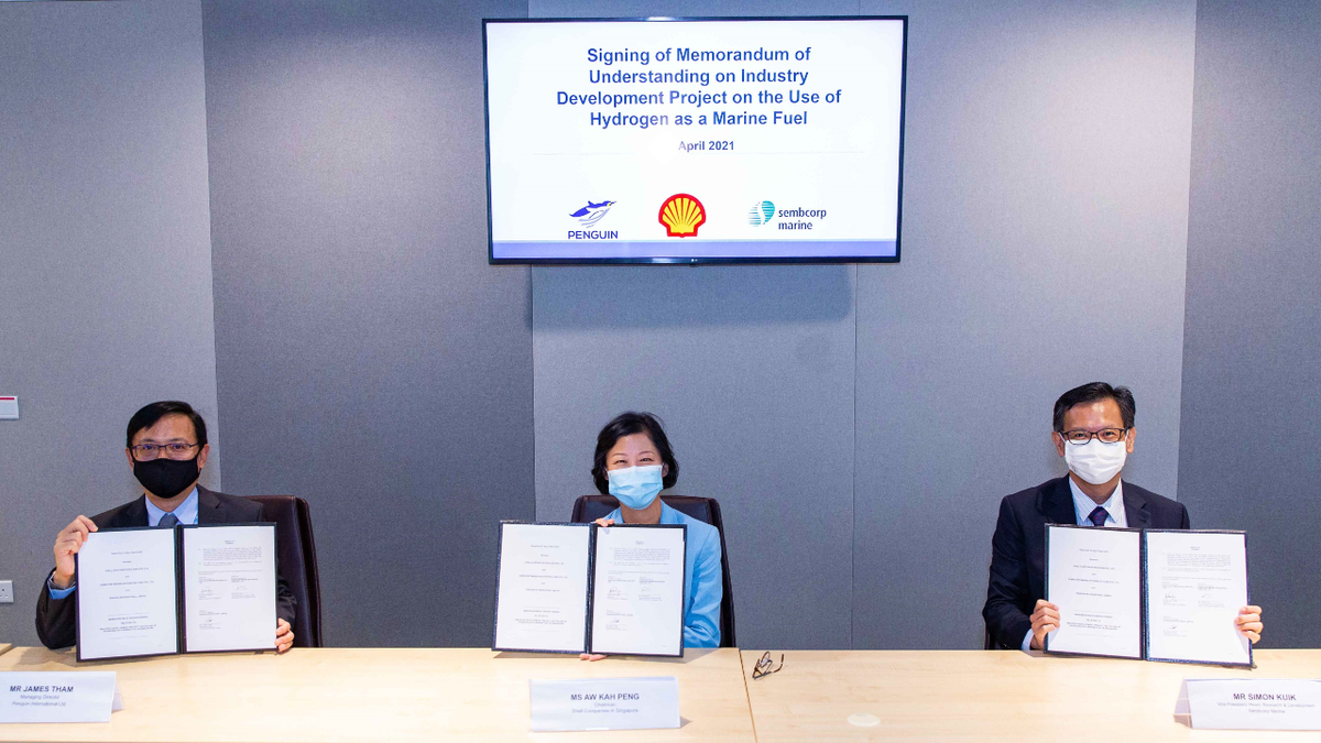 (L to R): Penguin International MD James Tham, Shell Companies in Singapore chairwoman Aw Kah Peng and Sembcorp Marine VP and head of R&D Simon Kuik at signing ceremony for the hydrogen fuel cell project (source: Shell)