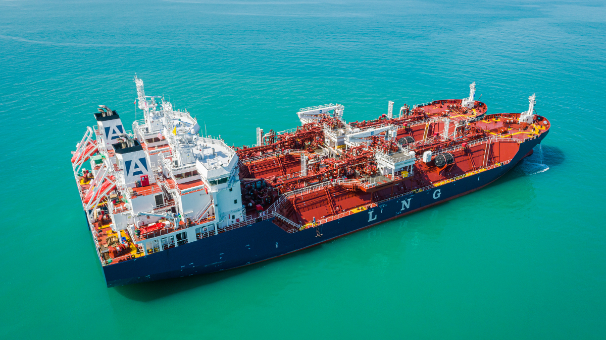 Avenir Accolade and Avenir Advantage side-by-side during bunkering operations (source: Avenir LNG)