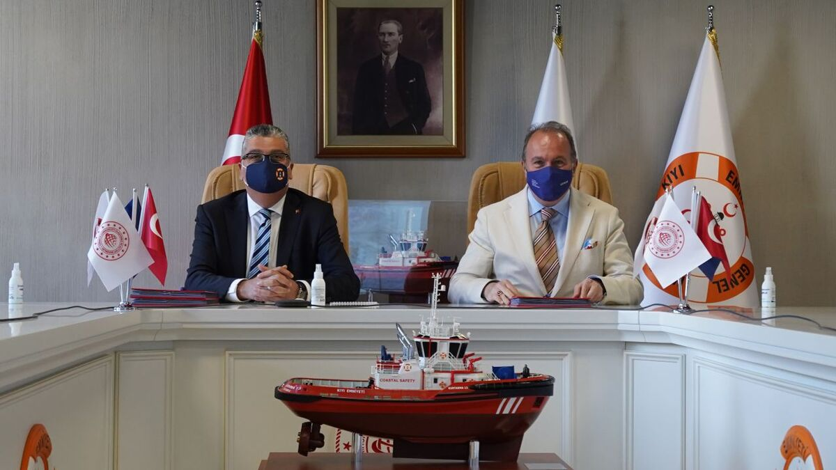 Director general Durmuş Unvar and Uzmar's A Noyan Altug sign protocol (source: Uzmar)