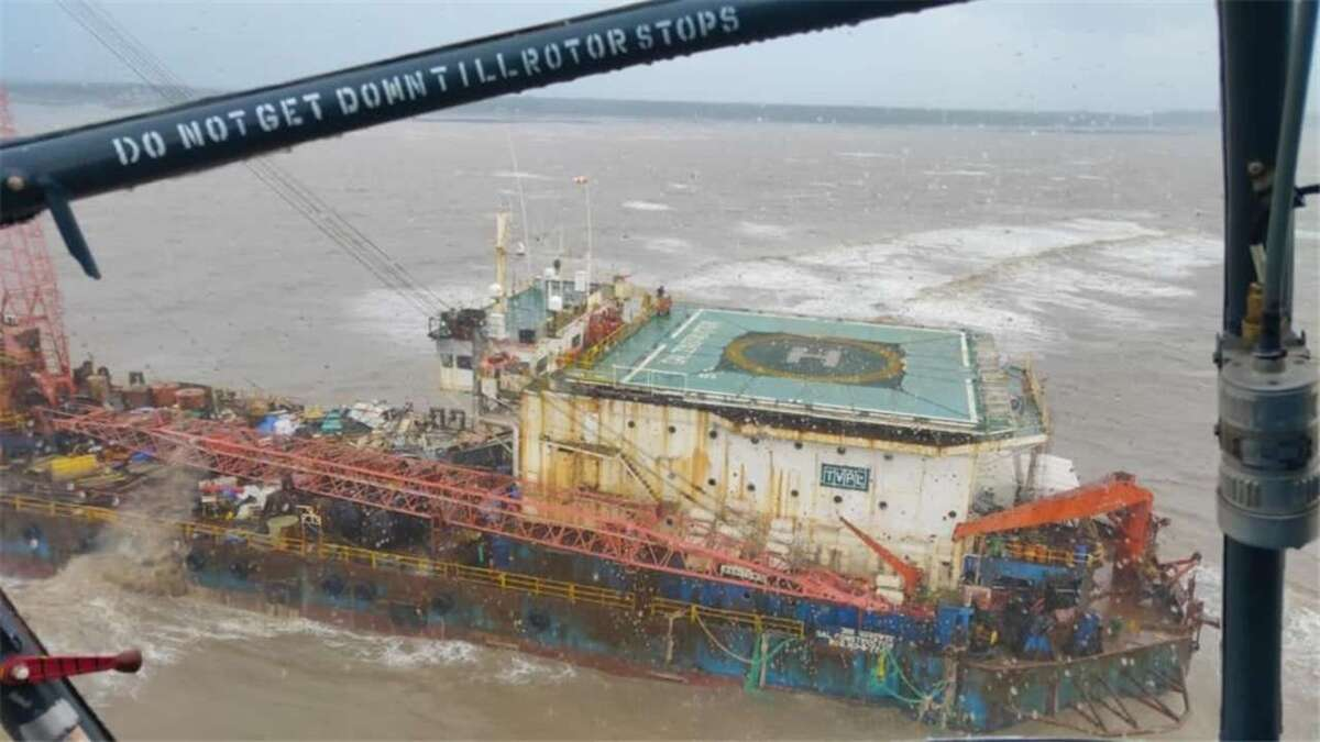 Indian Coast Guard rescue crew off offshore barge in cyclone (source: IANS)