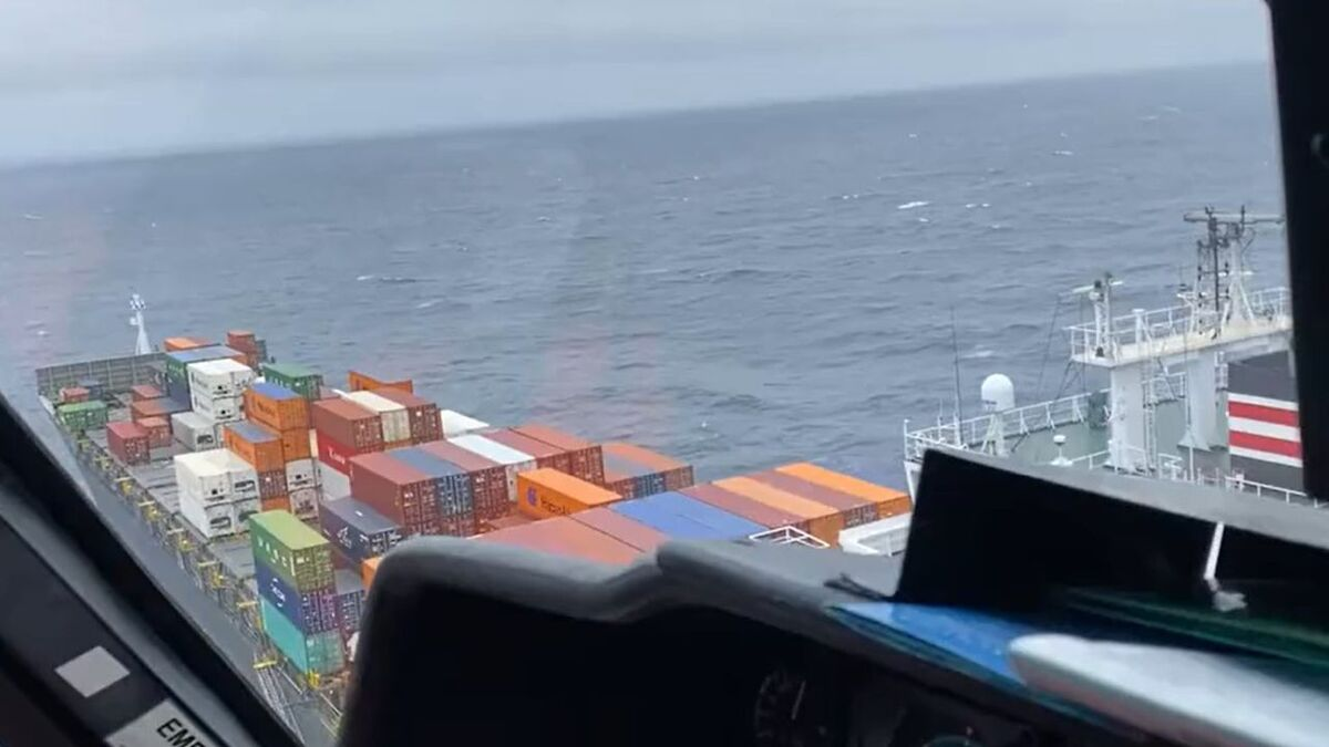 USCG helicopter hovers over container ship NYK Delphinus to assess the incident (source: USCG)