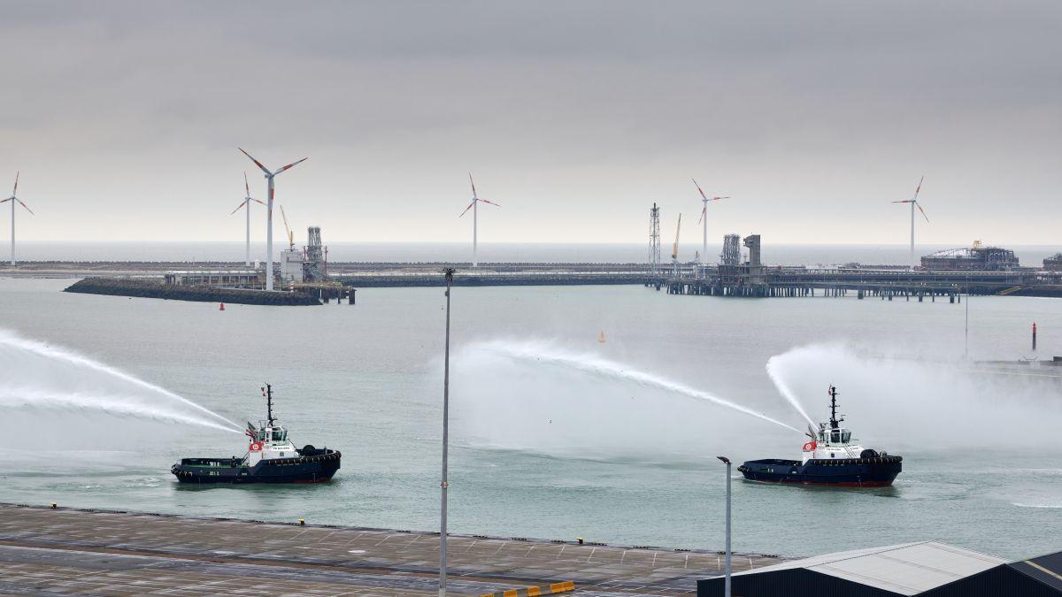VB Bolero and VB Samba test fire-fighting systems in Zeebrugge port (source: Boluda)