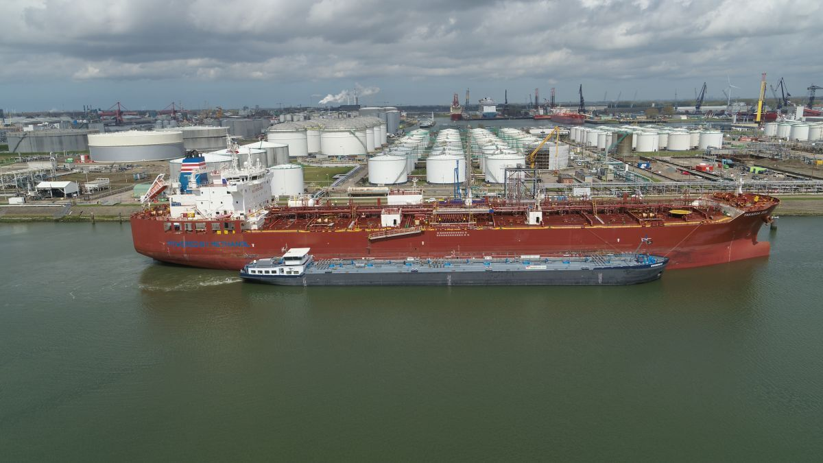 First barge-to-ship methanol bunkering takes place