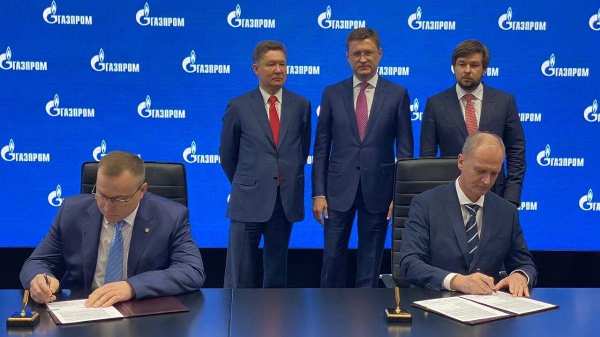 Igor Tonkovidov (right) and Roman Dashkov (left) sign the contract (source: Sakhalin Energy)