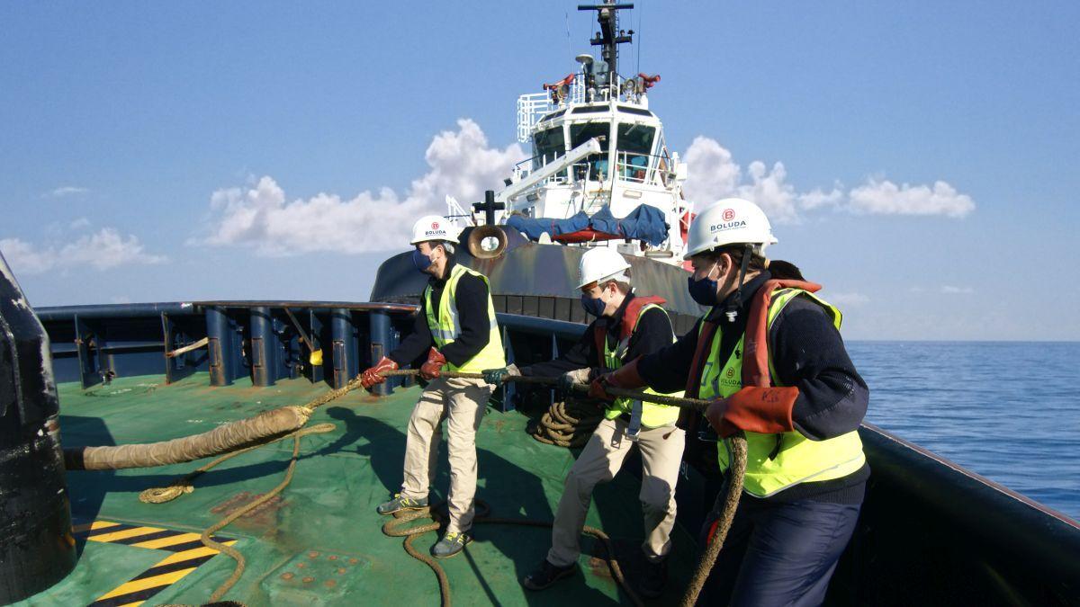 Tug crew working on deck (source: ANAVE ICS)