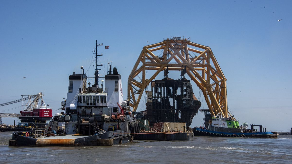 Salvors transfer a section of Golden Ray to a barge (source: UC)