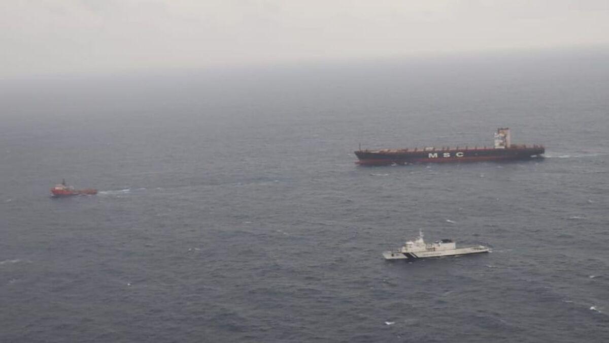 Tug Vigour towing damaged MSC Messina to Singapore (source: Indian Coast Guard)