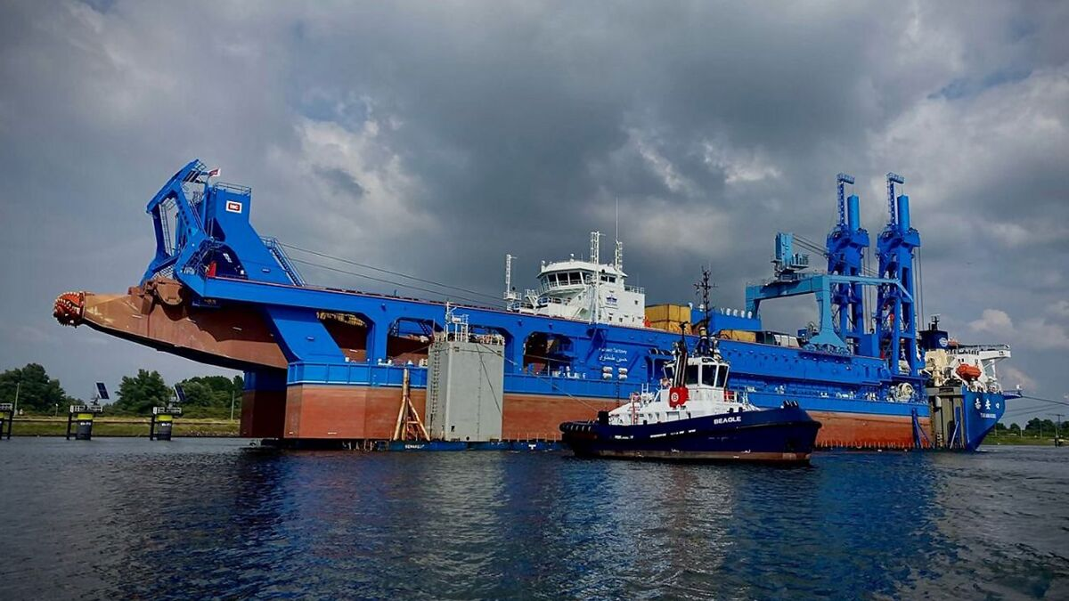 A Boluda tug assists in loading of CSD Hussein Tantawy in Rotterdam (source: Boluda/Portpictures)