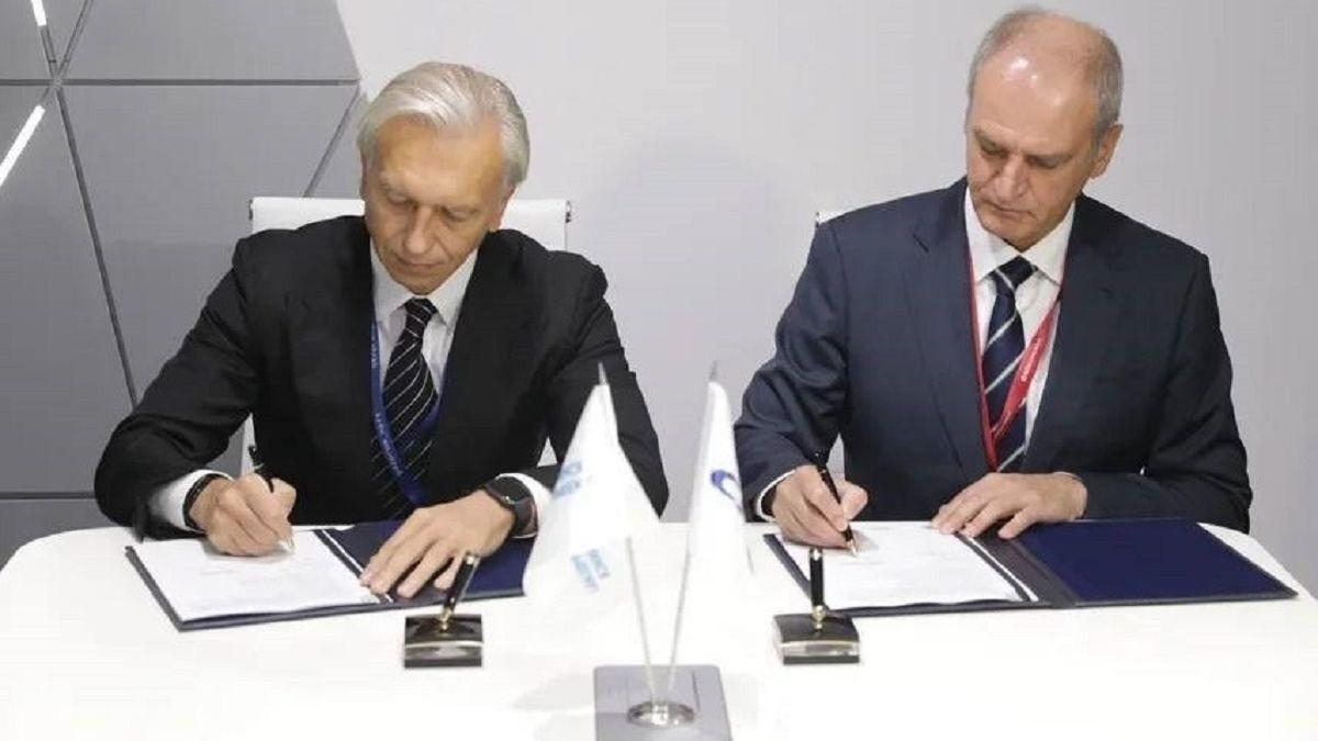 Alexander Dyukov (Gazprom) and Igor Tonkovidov (SCF) sign low-carbon fuel agreement (source: SCF)