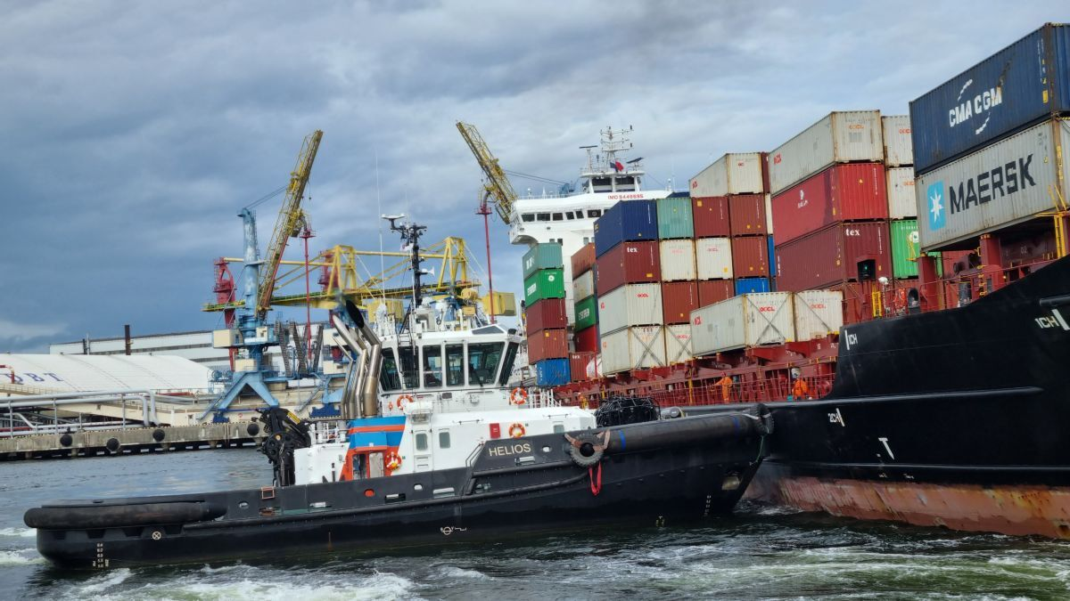 Alfons Håkans' new tug Helios manoeuvres a container ship into a Finnish terminal (source: Alfons Håkans)