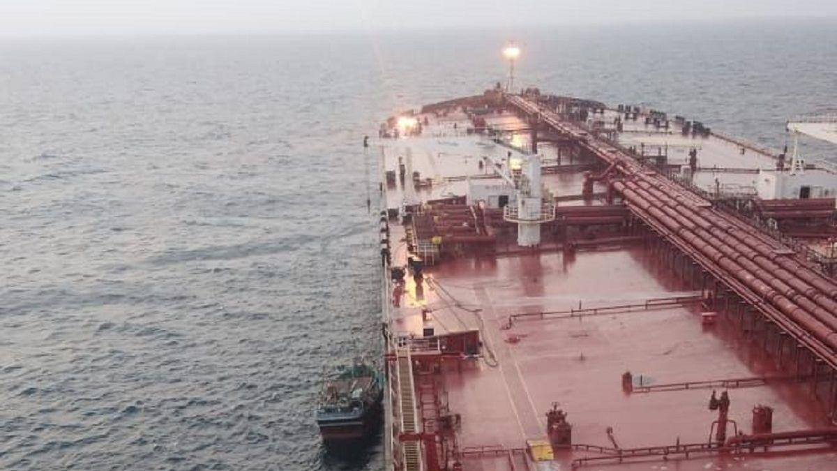 Euronav's VLCC Newton assisting sinking fishing vessel in the Middle East Gulf (source: Euronav)