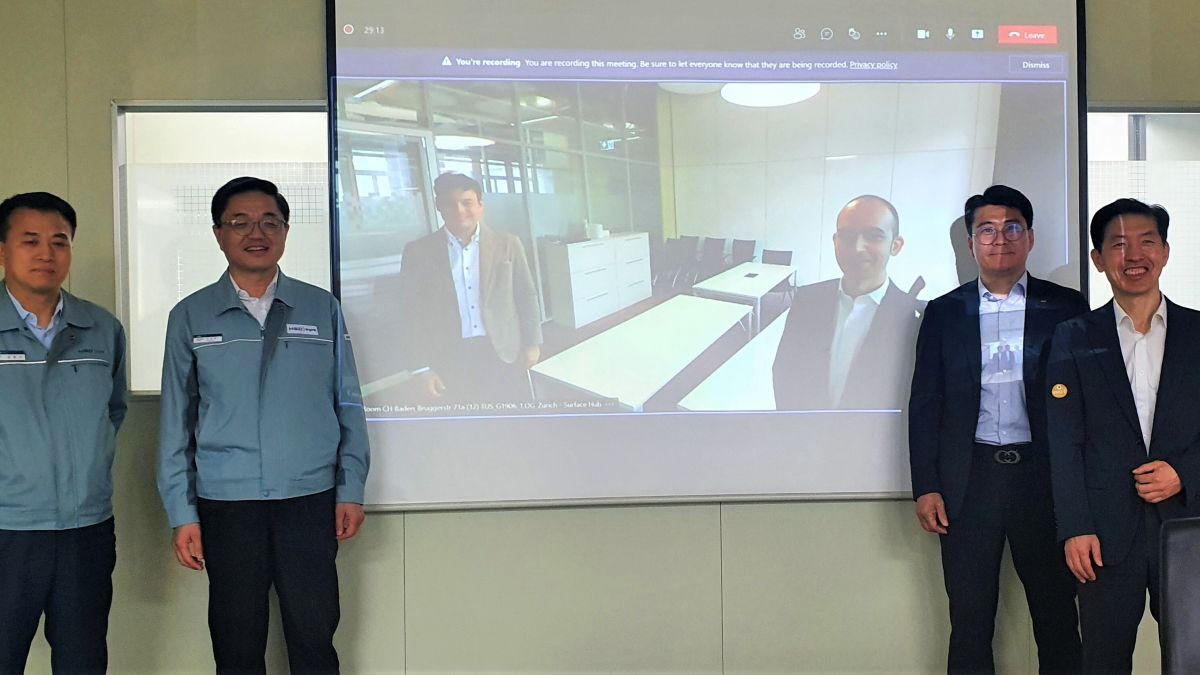 (Left to right) HSD GM Young-Gi Kim; HSD senior GM Sang-Min Lee; ABB Turbocharging Tekomar global sales manager Young-Ki Lee; and ABB Turbocharging country manager Jae-Ung Park. On screen left to right: ABB Turbocharging SVP digital customer solutions Cristian Corotto, and ABB  (source: ABB)
